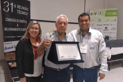 Professor da AgroPós Acelino Alfenas recebe Mérito Genético Florestal 2019
